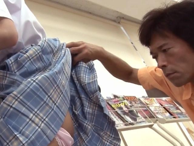 コンビニで雑誌に夢中の美少女制服JKが変態男にセクハラされても気づかない-2