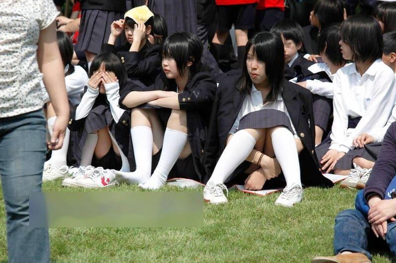 jc パンチラ しゃがみ 女子校生が街で自然にしゃがみながらパンチラしちゃってる画像集 ...