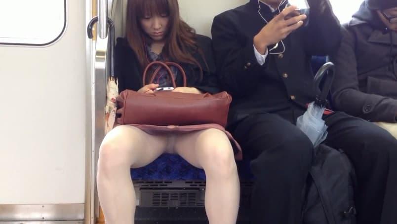 電車対面パンチラ動画像